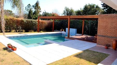 piscina bajo una pergola de madera